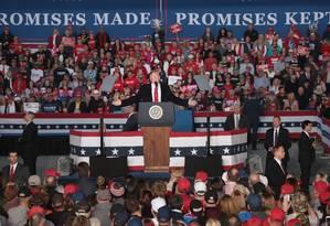 Presidente no centro de comício republicano em Illinois, a poucos dias das eleições legislativas de meio de mandato Foto: SCOTT OLSON / AFP