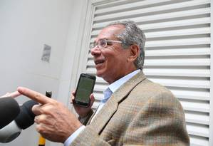 Paulo Guedes chega para reunião na casa de Paulo Marinho Foto: Marcia Foletto / Marcia Foletto