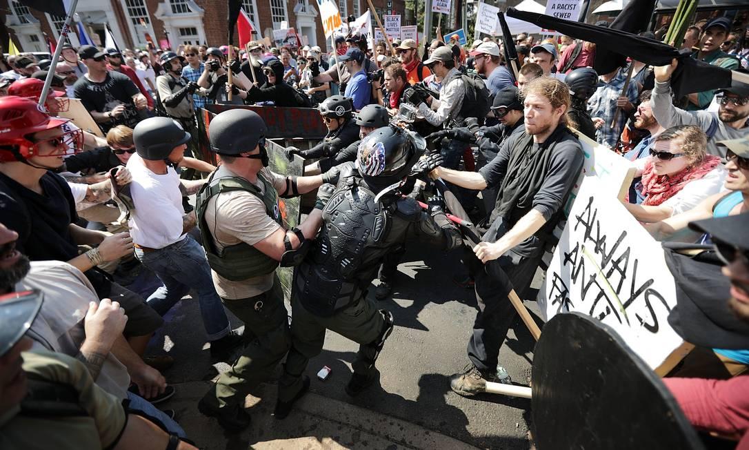Em agosto de 2017, grupo de nacionalistas brancos e neonazistas entram em confronto com contra-manifestantes em Charlottesville, nos EUA Foto: CHIP SOMODEVILLA / AFP