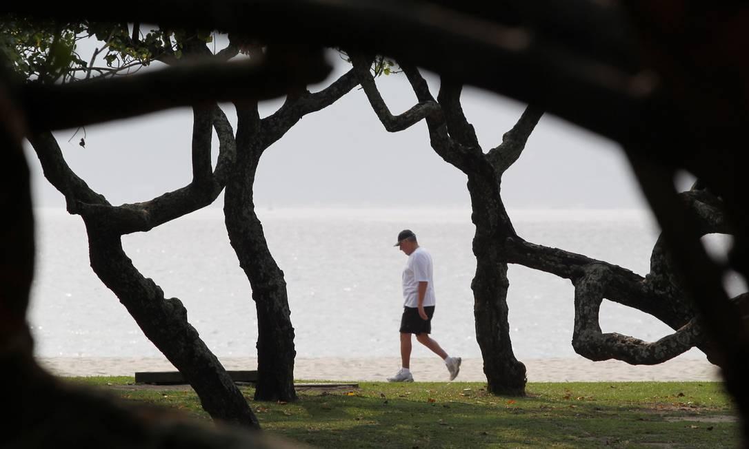 Homem anda sem pressa pelo Aterro do Flamengo, no Rio Foto: Márcia Foletto / Márcia Foletto/31-03-2011
