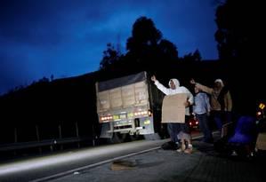 Migrantes venezuelanos pedem carona em Pamplona, Colômbia Foto: CARLOS GARCIA RAWLINS / REUTERS