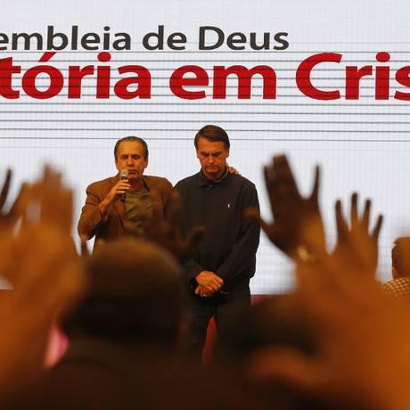 Jair Bolsonaro participa de culto evangélico, ao lado do pastor Silas Malafaia Foto: Domingos Peixoto / Agência O Globo