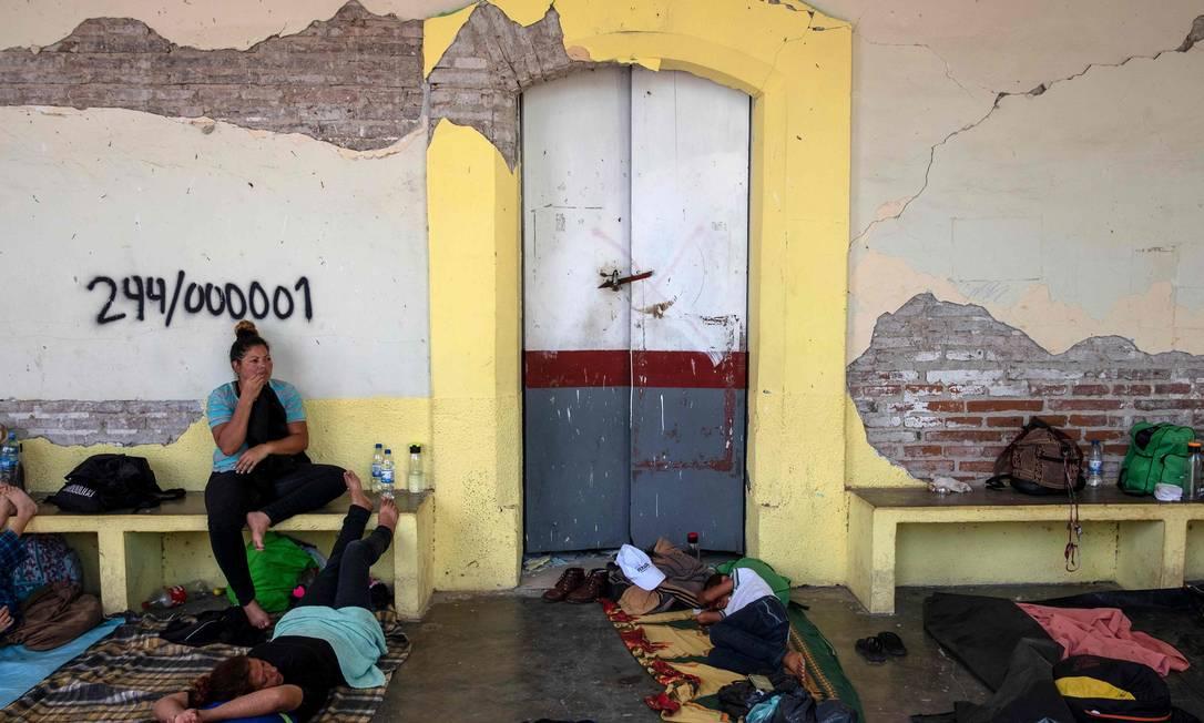 Imigrantes descansam ao chegarem em Santiago Niltepec Foto: GUILLERMO ARIAS / AFP