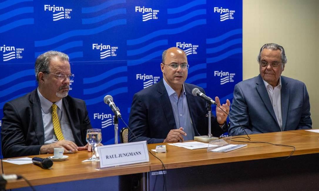 Witzel, entre Jungmann e Eduardo Eugenio, em envento na Firjan Foto: Paula Johas / Divulgação