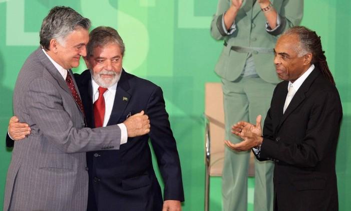 Lula, ao lado de Gil, apresenta o novo ministro da Cultura, Juca Ferreira, em 2008 Foto: Roberto Stuckert Filho / Arquivo