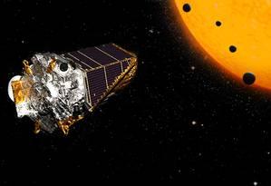 Ilustração mostra o telescópio espacial Kepler tendo ao fundo o sistema designado Kepler-90: com oito planetas, em 2017 ele foi o primeiro a se igualar ao nosso no número de objetos conhecidos Foto: Nasa