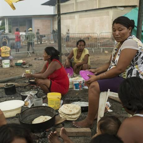Grupos indígenas venezuelanos da etnia Warao foram os primeiros a migrar para o Brasil e hoje vivem como refugiados em abrigo de Boa Vista, Roraima. Foto: Guito Moreto / Agência O Globo