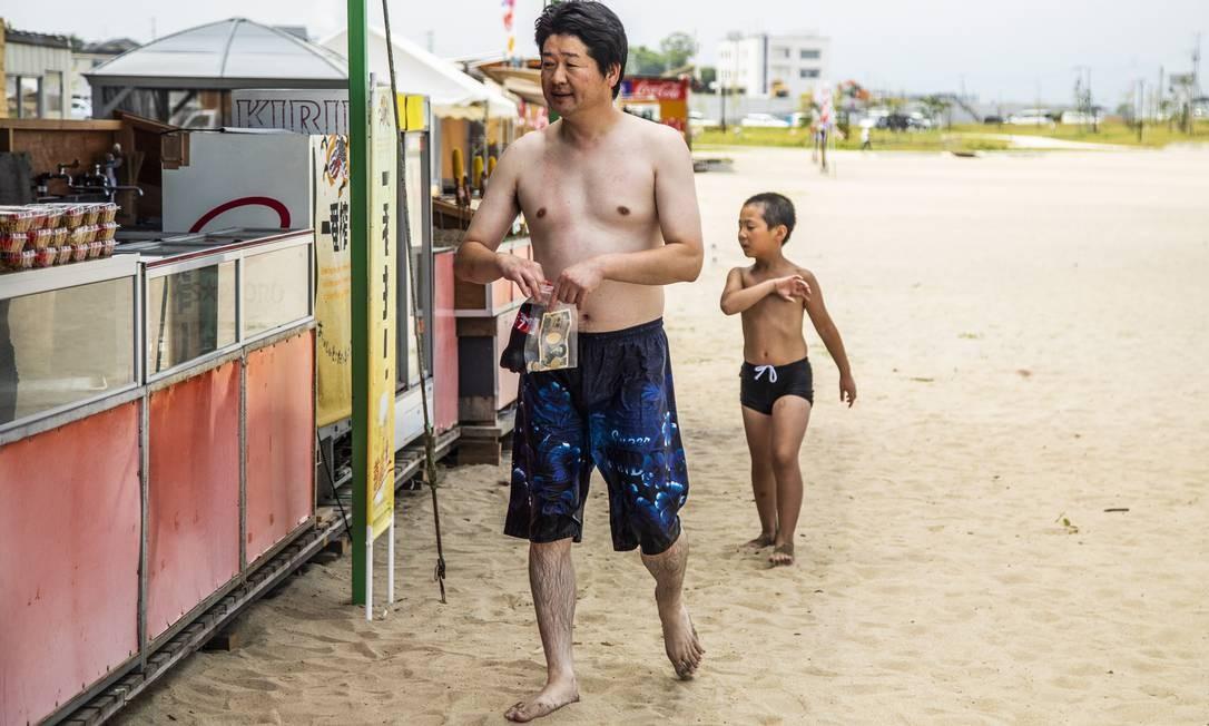 Banhistas no dia da reabertura da praia Foto: Bárbara Lopes / Agência O Globo
