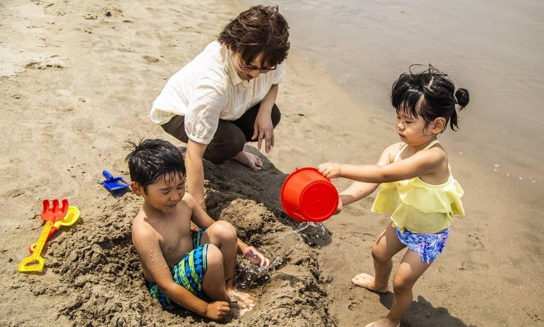 No dia da reabertura da praia, havia famílias com crianças Foto: Bárbara Lopes / Agência O Globo