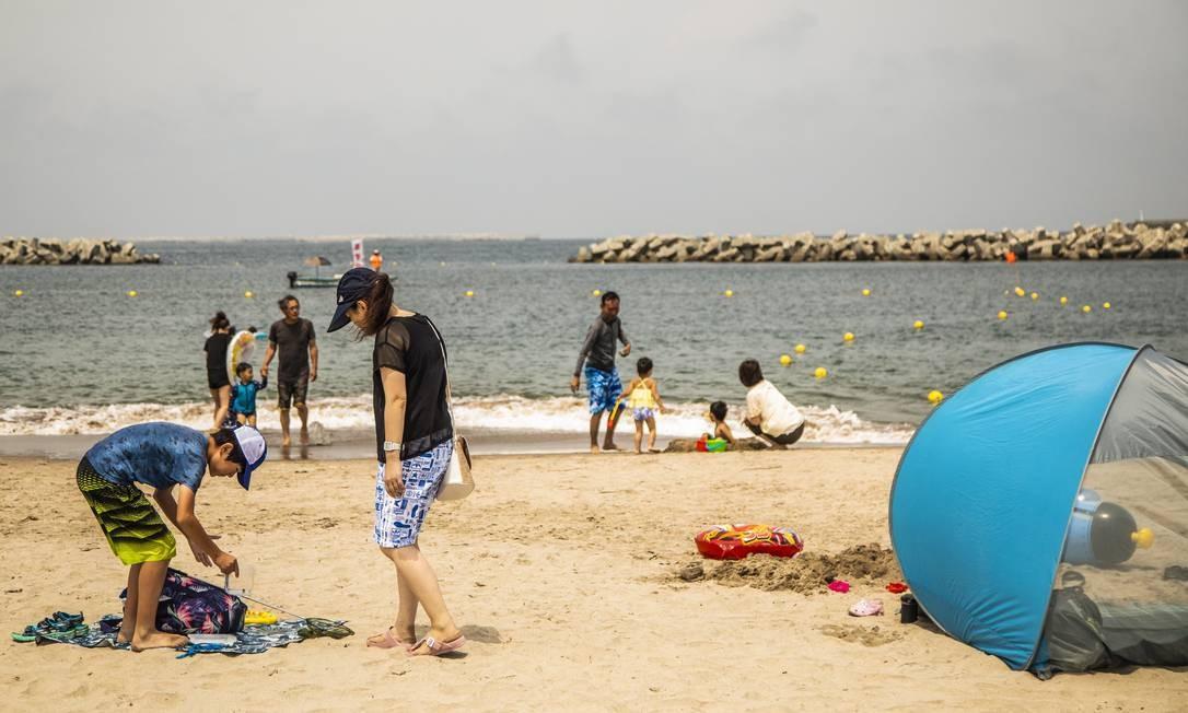 Movimento na praia, no dia da reabertura ao público Foto: Bárbara Lopes / Agência O Globo