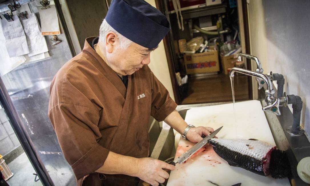 Shoji Suzuki, proprietário de um dos restaurantes da província de Fukushima que usam produtos locais. O cultivo de carpas para consumo está sendo reintroduzido Foto: Bárbara Lopes / Agência O Globo
