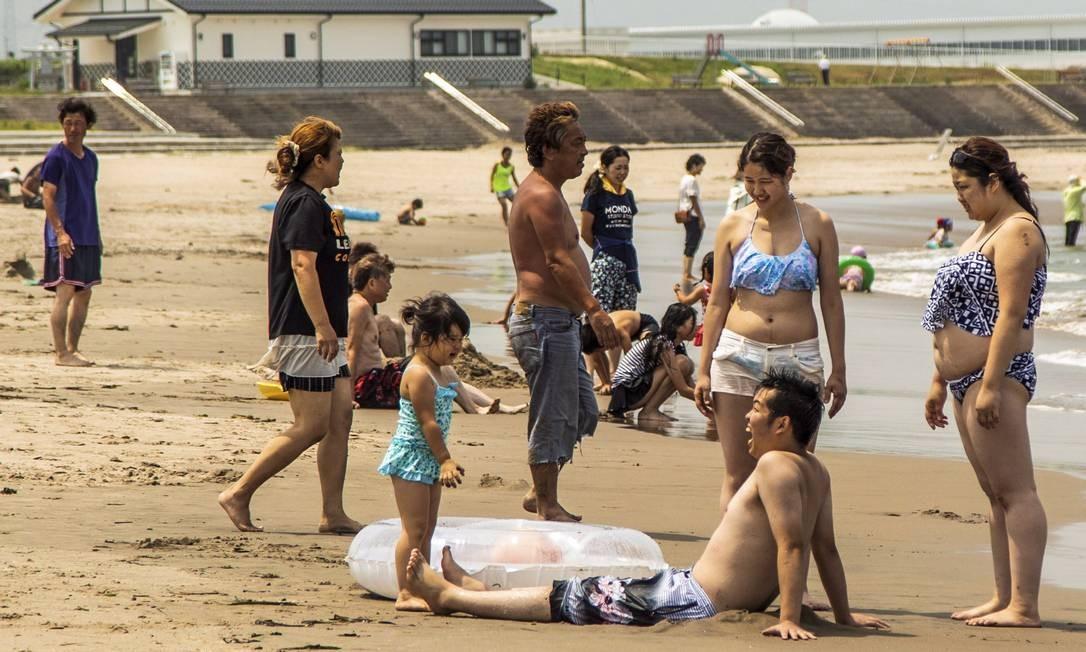 Movimento na praia, no dia da reabertura Foto: Bárbara Lopes / Agência O Globo