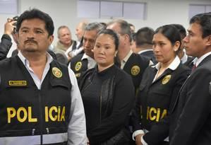 Keiko Fujimori é levada por policiais após a Justiça determinar sua prisão preventiva por três anos Foto: HANDOUT / REUTERS