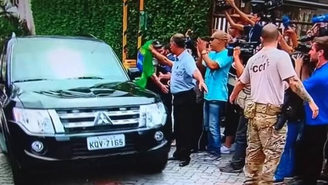 Moro sai da casa de Bolsonaro sem falar com a imprensa Foto: Reprodução TV Globo