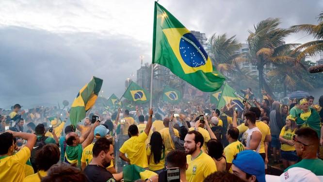 Apoiadores do presidente eleito Jair Bolsonaro comemoram sua vitória, em frente ao condomínio em que mora o pesselista na Barra da Tijuca, na Zona Oeste do Rio de Janeiro Foto: Phil Clarke Hill / Agência O Globo