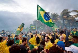 Apoiadores do presidente eleito Jair Bolsonaro comemoraram sua vitória, em frente ao condomínio em que mora o pesselista na Barra da Tijuca, na Zona Oeste do Rio de Janeiro Foto: Phil Clarke Hill / Agência O Globo