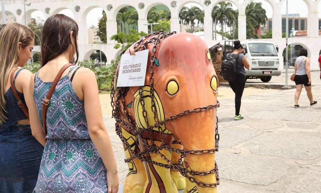 Elefante acorrentado da Elephant Parade chama atenção de curisos nos Arcos da Lapa Foto: Divulgação/Gianne Carvalho