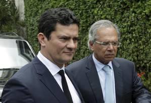 O juiz Sérgio Moro ao lado de Paulo Guedes Foto: Gabriel de Paiva / Agência O Globo