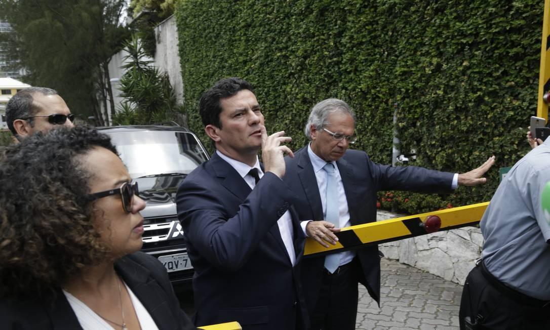 O juiz Sérgio Moro aceita ser ministro da justiça do governo Bolsonaro. O juiz deixa o condomínio do presidente na Barra, acompanhado do também futuro ministro Paulo Guedes Foto: Gabriel Paiva / Gabriel Paiva