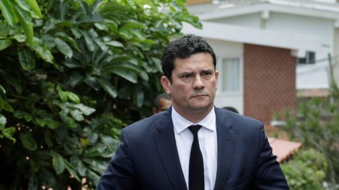O juiz Sergio Moro deixa o condomínio onde mora o presidente eleito Jair Bolsonaro, na Barra da Tijuca, no Rio Foto: Gabriel de Paiva / Agência O Globo