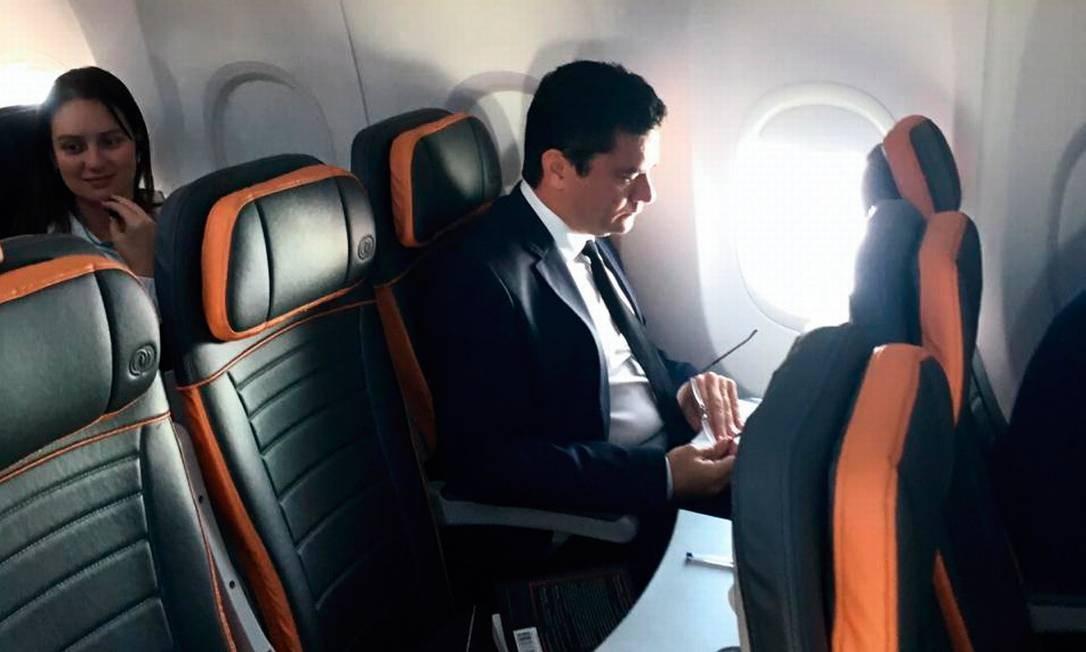 O juiz Sergio Moro levou, no voo de Curitiba para o Rio,o livro com 70 propostas legislativasde combate à corrupção construídas por dezenas de organizações lideradas pela Transparência Internacional Foto: Agência O Globo
