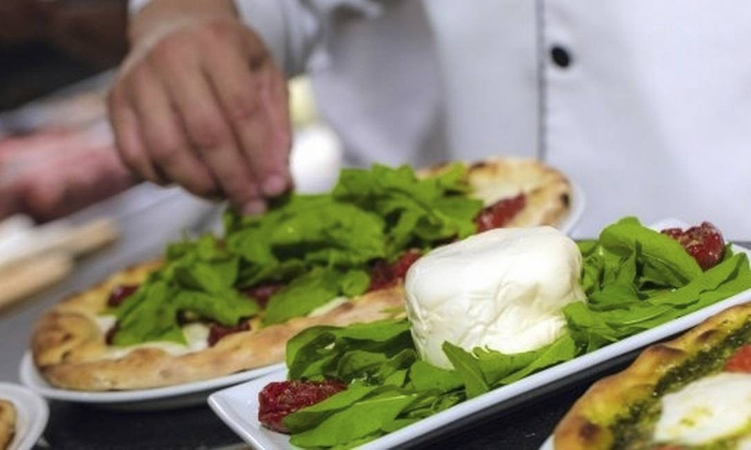 A burrata é servida com rúcula e tomate seco na Domenica Pizzaria Artesanal e custa R$ 40 Divulgação