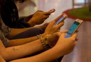 Celulares ampliaram acesso à internet, mas preços ainda deixam metade do mundo fora da rede Foto: Brenno Carvalho / Agência O Globo