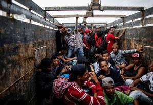 Migrantes venezuelanos viajam num caminhão em Tumbes, Peru, perto da fronteira com o Equador Foto: JUAN VITA / AFP