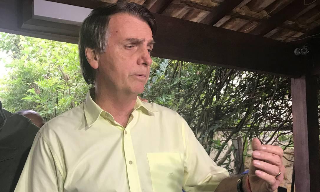 Jair Bolsonaro faz coletiva de imprensa na casa dele na Barra Foto: STRINGER / REUTERS