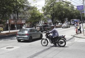 Bandalha. Motociclista avança o sinal da Rua Vinte e Dois de Novembro com Alameda São Boaventura, no Fonseca Foto: Marcio Alves / Agência O Globo
