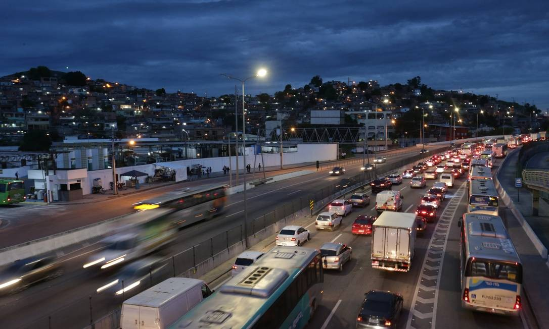 Saída para o feriadão e engarrafamento na Rodovia Niterói-Manilha Foto: Marcio Alves / Marcio Alves