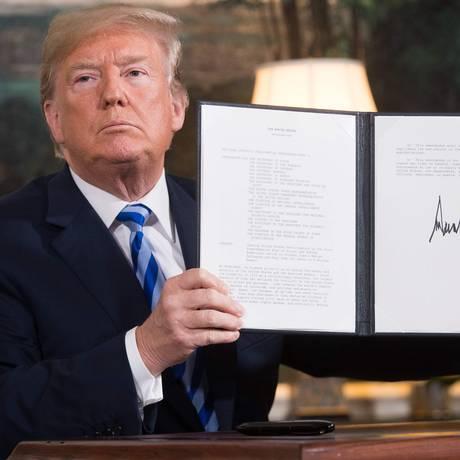 Em maio de 2018, o presidente Donald Trump assina documento que reinstala sanções contra o Irã após saída americana do acordo nuclear Foto: SAUL LOEB / AFP