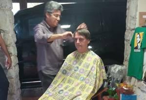 Bolsonaro corta o cabelo em casa nesta sexta-feira Foto: Reprodução