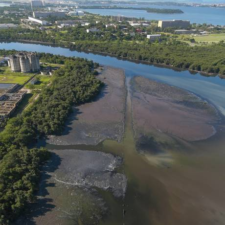 Poluição perto da Ilha do Fundão, dejetos tomam conta das águas da Baía, na altura do Centro de Tratamento de Esgoto Alegria Foto: Marcelo Regua / Agência O Globo