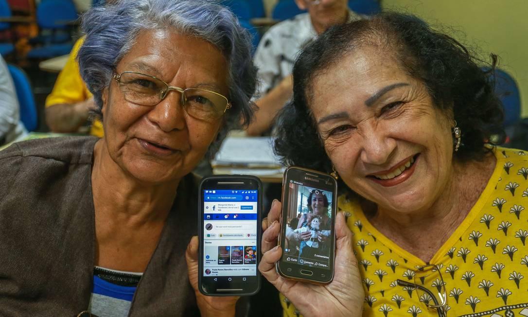 Novos contatos. Margarida Maria de Lima (à esquerda) e Teresinha Ferreira Barbosa fazem curso de informática no Rio: integração ao mundo digital Foto: / Marcelo Regua/Agência O Globo