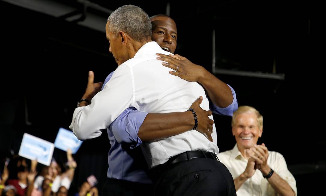 Ex-presidente americano Barack Obama abraça o candidato ao governo da Flórida Andrew Gillum, durante evento de campanha em Miami Foto: JOE SKIPPER / REUTERS