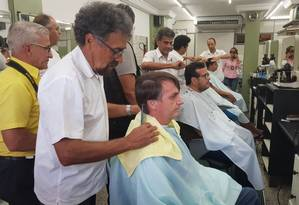 Bolsonaro corta cabelo em salão na Zona Norte do Rio Foto: Divulgação