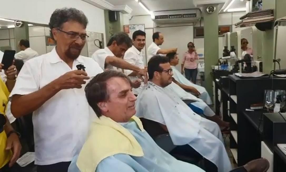 Antônio de Oliveira corta cabelo de Bolsonaro, futuro presidente, há 26 anos Foto: Reprodução