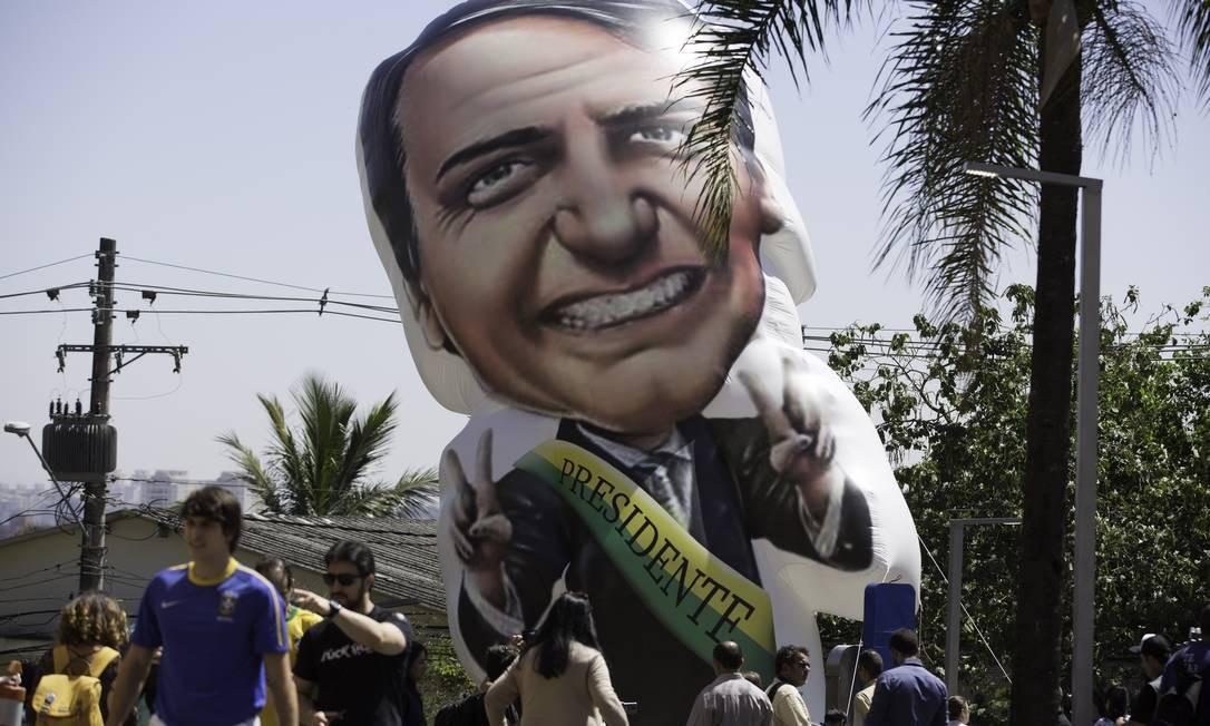 Apoiadores e simpatizantes do candidato Jair Bolsonaro (PSL) inflaram um boneco do candidato em frente ao hospital Albert Einstei, na manhã desta sexta-feira (07). Bolsonaro chegou ao local transferido da Santa Casa em Juiz de Fora (MG) apòs sofrer um atentado à faca. Foto: (6258) Bruno Rocha / Agência O Globo