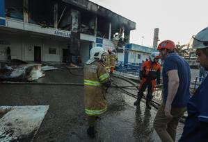 Chamas consumiram a Coordenação de Emergência Regional do Lourenço Jorge por quase duas horas Foto: Marcelo Regua / Agência O Globo