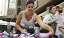 Informalidade. Fernanda Gonçalves, de 29 anos, perdeu o emprego há pouco mais de um ano e hoje busca alguma renda como ambulante Foto: Ana Branco / Ana Branco