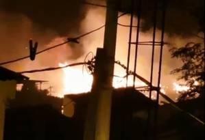 Incêndio atingiu terreno ao lado de uma casa de repouso, na Praça Seca Foto: Divulgação - OTT/RJ
