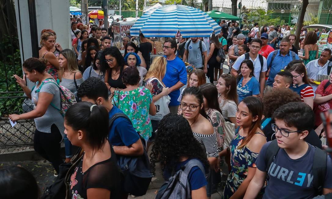 Candidatos do Enem entram para fazer a prova pouco depois que os portões da Universidade Veiga de Almeida, no Maracanã, são abertos Foto: Marcelo Regua / Agência O Globo