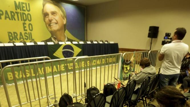 Coletiva de imprensa do candidato a Presidência da República Jair Bolsonaro no Hotel Windsor Barra Foto: Marcelo Theobald / Agência O Globo