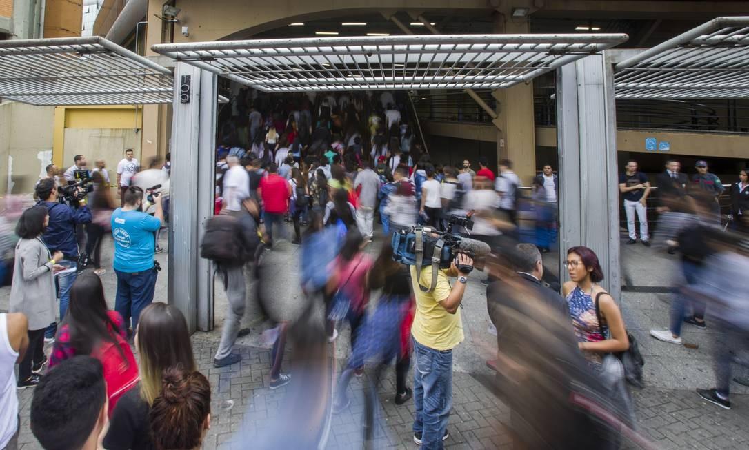 Candidatos chegam para fazer a prova do Enem na Universidade Uninove, em São Paulo Foto: Agência O Globo