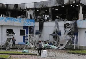 Um dia após incêndio, funcionários do Hospital Lourenço Jorge recolhem material destruído pelo fogo Foto: Pablo Jacob / Agência O Globo