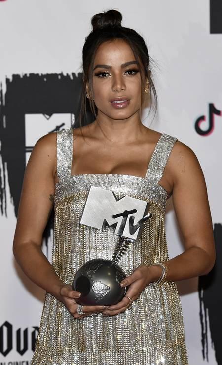 Anitta exibe seu prêmio Foto: Carlos Alvarez / Getty Images for MTV