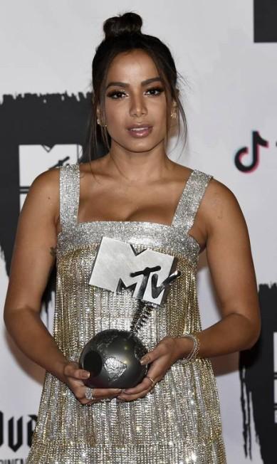 Anitta exibe seu prêmio Carlos Alvarez / Getty Images for MTV