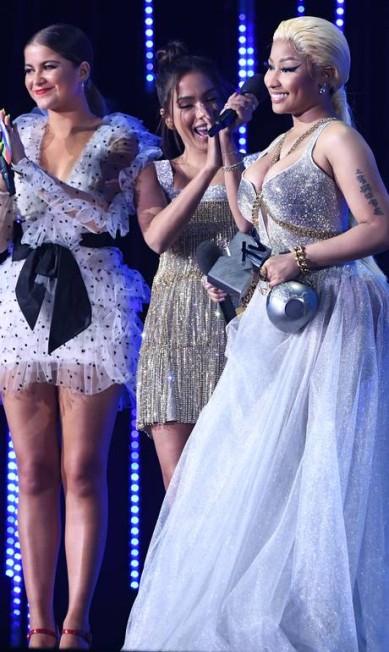 Nicki Minaj recebeu o prêmio de Mlehor Hip-Hop das mãos de Anitta... Stuart C. Wilson / Getty Images for MTV