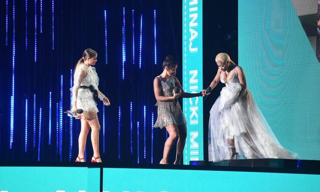 ... E recebeu uma mãozinha da colega carioca também para lidar com o vestido no palco Foto: Stuart C. Wilson / Getty Images for MTV